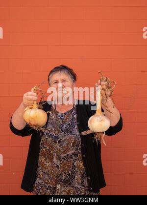 Alte Frau aus ihrer Heimat Zwiebeln angebaut, Galizien, Spanien - Stockfoto