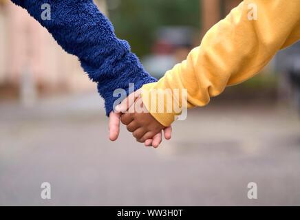 Jungen und Mädchen, die ihre Hände - Stockfoto