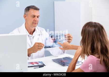 Reifen Doktor mit Dental X-ray zu Patient im Krankenhaus - Stockfoto