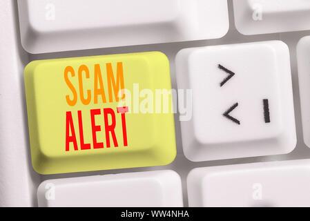 Handschrift Text schreiben Scam Alert. Konzeptionelle Foto unerwünschte Werbe-E-Mails, die behauptet, die Aussicht auf ein Schnäppchen Weiß pc-Tastatur mit leeren Papier - Stockfoto