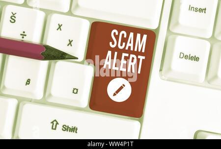 Schreiben Hinweis übersicht scam Alert. Business Konzept für unerwünschte Werbe-E-Mails, die behauptet, die Aussicht auf ein Schnäppchen Weiße pc Tastatur mit Hinweis Papier oben - Stockfoto