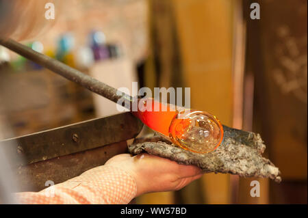 Glasbläserei Workshop, Hände, Glas, Gestaltung, detail, - Stockfoto