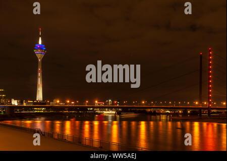 Deutschland, Nordrhein-Westfalen, Düsseldorf, Medienhafen, Rheinturm, Lichter, bei Nacht - Stockfoto