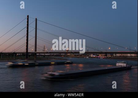 Deutschland, Nordrhein-Westfalen, Düsseldorf, Medienhafen, Rheinkniebrücke, Dämmerung, - Stockfoto