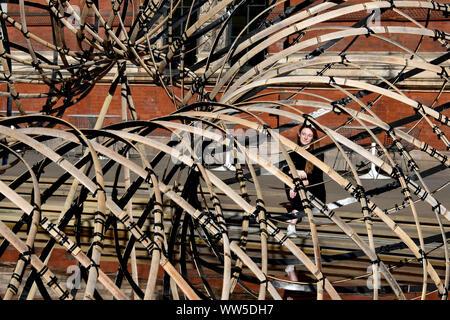 London, Großbritannien. 13 Sep, 2019. Bambus Ring, Weberei in Leichtigkeit von Kengo Kuma in London Design Festival, in die Hauptstadt dieses September Renditen für ihre 17. Jahr mit dem V&A Museum eine Reihe von speziell in Auftrag gegebenen Projekte, die von international renommierten Designern. London, Großbritannien - 13 September 2019 Credit: Nils Jorgensen/Alamy leben Nachrichten - Stockfoto