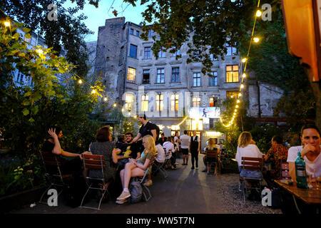 27.08.2019, Berlin, Deutschland: Biergarten von Claerchen's Ballhaus in der Auguststraße in Berlin-Mitte am frühen Abend - Stockfoto