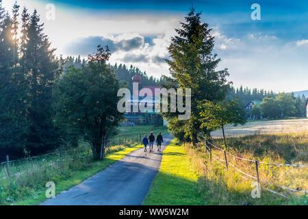 Familie von drei Wandern in den Bergen, auf dem Land, Mutter mit zwei Söhnen in Berg Land bummeln, drei silhouets Wandern auf dem raoad - Stockfoto