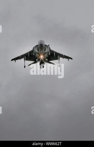 Eine spanische Marine McDonnell Douglas EAV-8B Harrier II zeigt die einzigartige Fähigkeit, schweben. Regen, niedrige Wolkenuntergrenze und starke Winde alle aber stoppt den flyi - Stockfoto