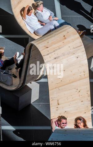 Broadgate, London, UK. 13. Sep 2019. Bitte von Paul Cocksedge sitzen. in Finsbury Avenue entfernt. Aus recycelten Gerüst Planken gebaut, mit der innovativen Technologie von Essex - umfunktionierte Fußböden auf Holzbasis Firma White & White, die ganze Struktur aufgeschlüsselt und in etwas ganz anderes nach dem Festival, so dass nichts verschwendet werden - London Design Festival kehrt in das Kapital für seine 17. Jahr umgewandelt werden. Credit: Guy Bell/Alamy leben Nachrichten - Stockfoto
