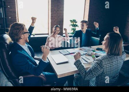 Vier schön chic elegante stilvolle Heiter Heiter business Haie Experten feiern Freude planen Strategie Wachstum gewinn Gehalt an modernen industriellen - Stockfoto