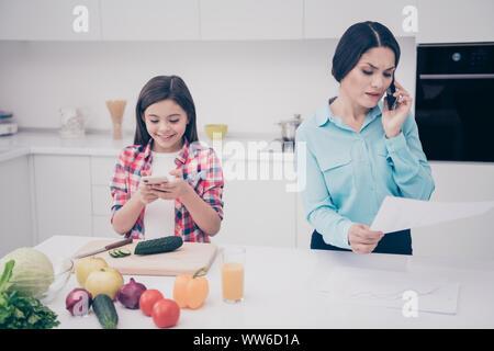 Porträt von zwei schöne schöne attraktive Leute fröhliches Mädchen spielen Spiel Dame sprechen über Datenanalyse Analyse Geschäftsführer weiß leuchtet - Stockfoto
