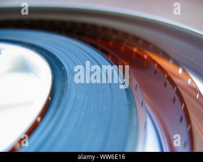 Rolle der entwickelten Super 16-mm-Film auf einem Bobby Negative in einem. 16-mm-Film ist eine beliebte und kostengünstige Messgerät von Filmmaterial.