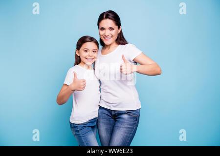 Nahaufnahme Foto schöne zwei Personen braunhaarige Mama kleine Tochter zeigen die Daumen in die Luft und umarmte empfehlen beste Freunde ähnlich aussehen, tragen weiße t - Stockfoto