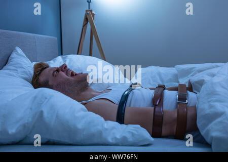 Mann aus Schlaflähmung zu Hause Leiden - Stockfoto
