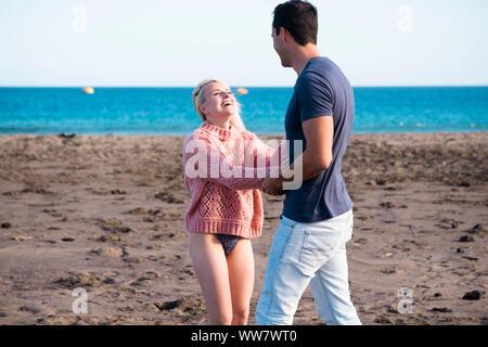 Liebe und für immer zusammen Konzept für kaukasische schönes Paar im Urlaub. lifestyle in der Nähe von Ocean am Strand von Teneriffa. genießen Sie das Leben. blonde Mädchen und großer Mann Tanz und Lächeln und Lachen. - Stockfoto