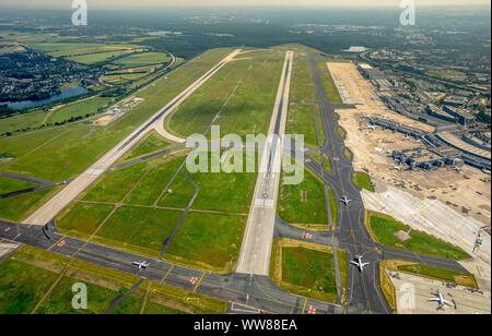 Luftaufnahme, Flughafen Düsseldorf mit Start- und Landebahn 05 rechts und 05 links, Düsseldorf, Niederrhein, Nordrhein-Westfalen, Deutschland - Stockfoto