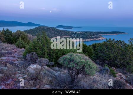 Küste und Inseln südlich von Bodrum in der Dämmerung nach Sonnenuntergang mit Vollmond gerade über den Schatten der Erde, Türkische Riviera, Türkei, - Stockfoto