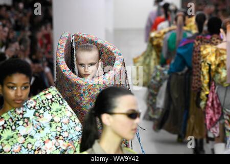 MATTY BOVAN SS 20 Start- und Landebahn während der London Fashion Week - London, UK 13/09/2019 | Verwendung weltweit - Stockfoto