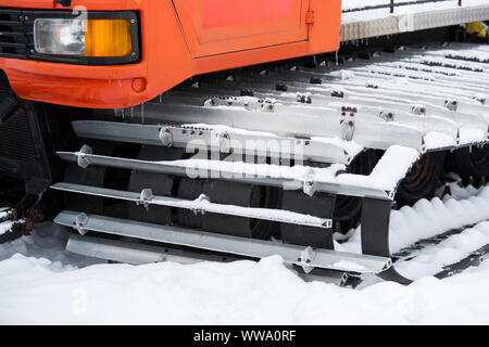 Red snowcat Bulldozer auf den Bergen ski Resort - Stockfoto