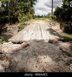 The Woodlands, TX USA - 08/23/2019 - Holzbrücke über Bach im Wald 3 - Stockfoto