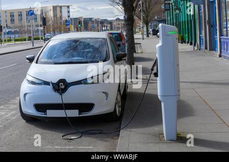 E-Auto Renault ZOE wird am Straßenrand, Dundee, Schottland wieder aufgeladen, Großbritannien - Stockfoto