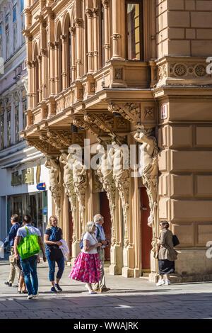 Caryatid sculpted weibliche Figur Dekoration Gebäude - Wien, Österreich. - Stockfoto