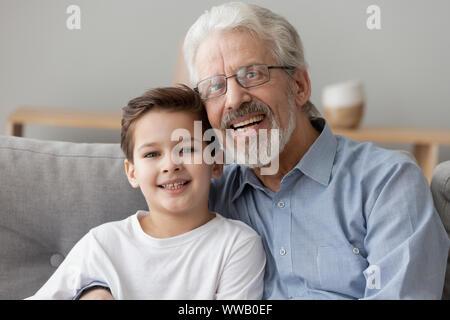 Happy alter Großvater, das kleine Kind Enkel suchen an Kamera - Stockfoto
