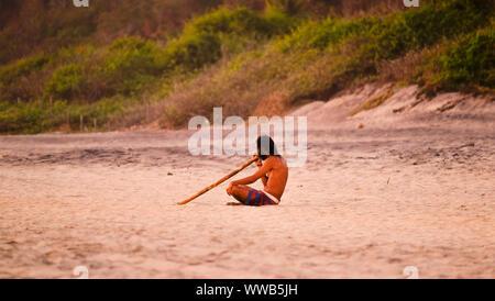 Didgeridoo spielen bei Mermejita Strand - Stockfoto