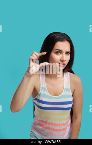 Modernes Brunettemädchen Mit Dem Langen Haar, Gekleidet In
