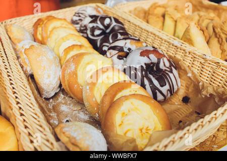 Auswahl an süßem Gebäck auf der Cafe Zähler, Brötchen mit Mohn, Zimt und Rosinen - Stockfoto