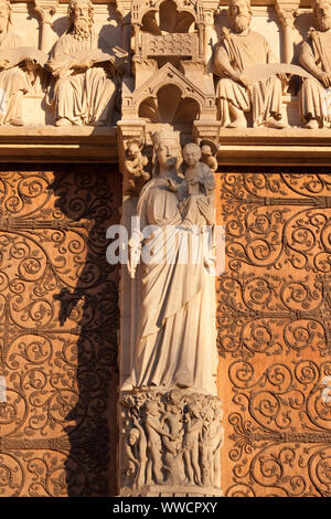 Die Kathedrale Notre-Dame de Paris, Paris, Frankreich. Nahaufnahme des Portals der Jungfrau. Statue der Jungfrau Maria mit dem Jesuskind auf dem trumeau. - Stockfoto