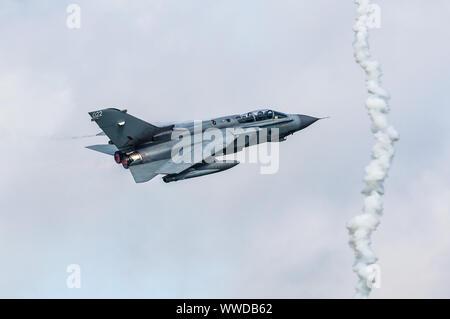 Ein Panavia Tornado GR4 Mehrrollenflugzeug der Royal Air Force (RAF) führt eine Kunstflugvorstellung durch. - Stockfoto