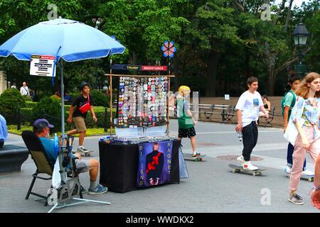Mann verkauf von Widerstand und anti-Trump Tasten, Magnete und Aufkleber in den Washington Square Park in Manhattan am 26. Juli, 2019 in New York, USA - Stockfoto