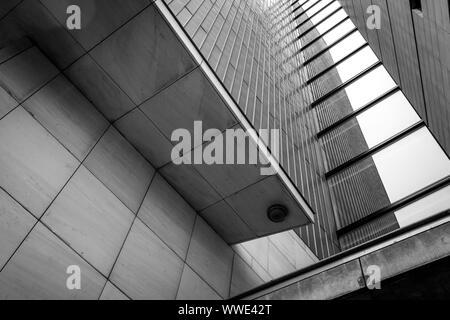 Schwarze und weiße Nahaufnahme von moderner Architektur in der Innenstadt von Maastricht mit Reflexionen in der Windows