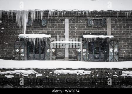 Winter Blick auf den Lagerhäusern auf dem Kanal in Otaru, Hokkaido, Japan - Stockfoto