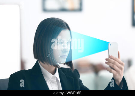 Junge Geschäftsfrau mit mobilen mit Gesichtserkennung System für den Datenschutz Tel. - Stockfoto