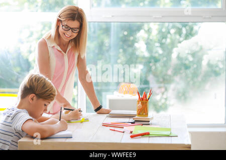 Lehrerin Kinder helfen Kindern im Klassenzimmer in der Schule