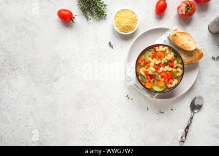Minestrone. Italienische Gemüsesuppe mit Nudeln auf weißem Hintergrund, Ansicht von oben, kopieren. Gesund vegan vegetarisch saisonale Speisen, Hausgemachte minestr - Stockfoto