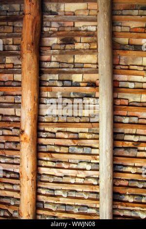 Clay Quadratmeter Dachziegel Decke innen Holzbalken Blick in Pyrenäen - Stockfoto