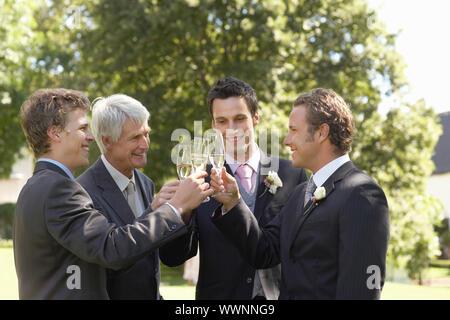 Brautpaar mit Trauzeugen und Vater - Stockfoto