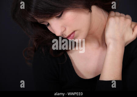 Frau leidet Nackenschmerzen - Stockfoto