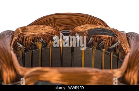Nahaufnahme Detail auf einer elektrischen Maschine wickeln, isoliert auf weißem Hintergrund - Stockfoto