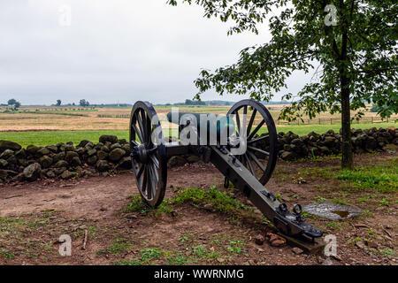Ein Bürgerkrieg ära Cannon ist hinter einer Mauer aus Stein in Gettysburg, Pa-platziert - Stockfoto