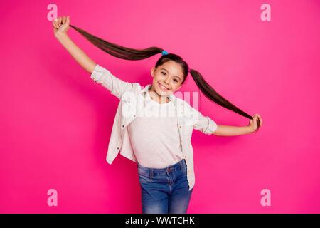 Nahaufnahme Foto wenig Sie Ihr brunette Mädchen lange Haare pigtails Stil bis in die Hände arme Rest entspannen Schulferien tragen lässige Jeans Denim - Stockfoto