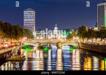 O'Connell Bridge in Dublin, Irland in der Nacht
