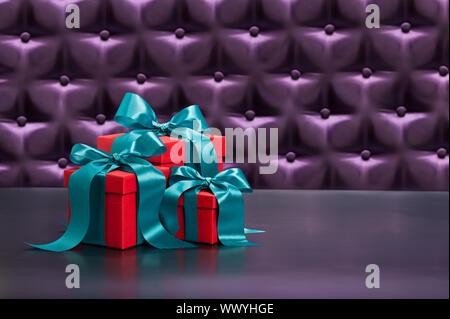 Rot vor eine Schaltfläche getuftet lila Seide Hintergrund - Stockfoto