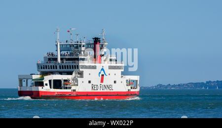 """Red Funnel """"Red Eagle"""" Auto- und Passagierfähre verlässt Southampton Wasser in Richtung Isle of Wight, Hampshire, England, Großbritannien - Stockfoto"""
