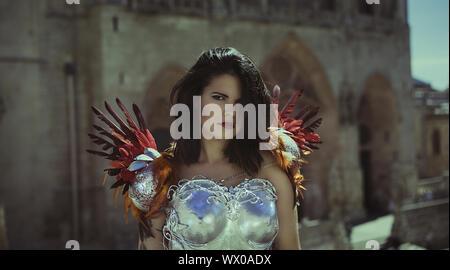 Silberne Rüstung, schöne Brünette Frau mit Gold und Kupfer Korsett in Göttin und Krieger Posen. Fantasie und Vorstellungskraft conc