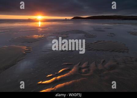 Schönen Sonnenuntergang Licht über dem Strand von Constantine Bay in North Cornwall, England, Großbritannien, Europa - Stockfoto