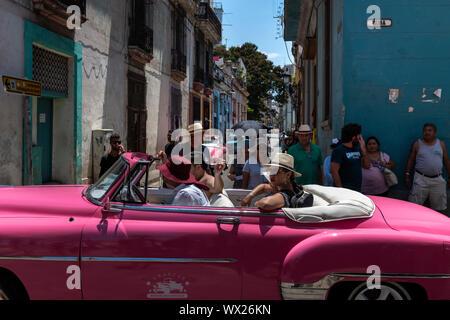 LA Havanna, Kuba - Juni 28, 2019: Touristen, die ein Kapital von Kuba in alten Oldtimer. Zu Risikokapital durch Havanna ist eine wahre Geschichte Lektion von zu nehmen - Stockfoto
